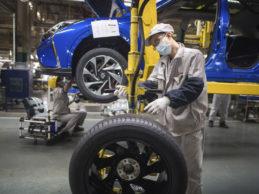 Fabricantes y proveedores  de automóviles identifican formas de reabrir, con pruebas, máscaras y guantes